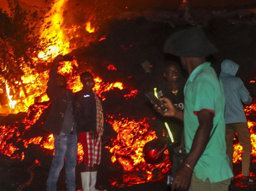 Saat Warga Kongo Asyik Selfie di Depan Lava Gunung Berapi