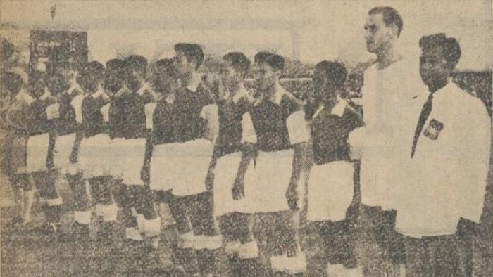 Foto skuad Timnas Indonesia saat menjamu Yugoslavia di Jakarta tahun 1953. (Foto: dok. De Nieuwsgier)