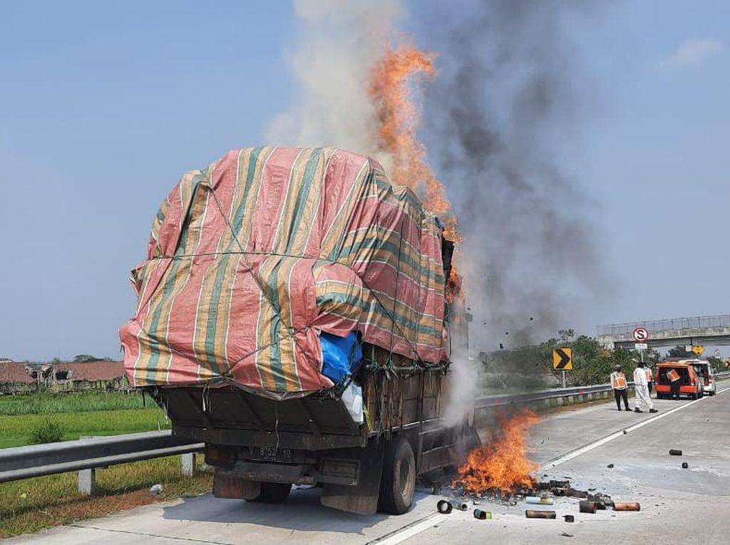 Truk Pengangkut Kertas Ludes Terbakar di Tol Jombang-Mojokerto