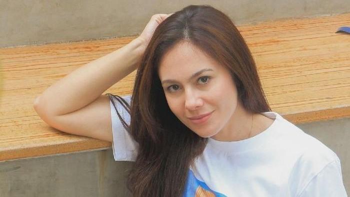 Wulan Guritno, Amanda Gratiana Soekasah dan Janna Soekasah  kolaborasi dengan Stella Rissa merilis kaus KASIH