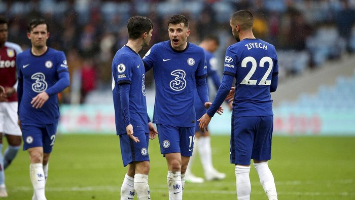 Chelseas Mason Mount, center, talks with Chelseas Hakim Ziyech, right, at the end of the English Premier League soccer match between Aston Villa and Chelsea, at Villa Park stadium in Birmingham England, Sunday, May 23, 2021. (Nick Potts, Pool via AP)