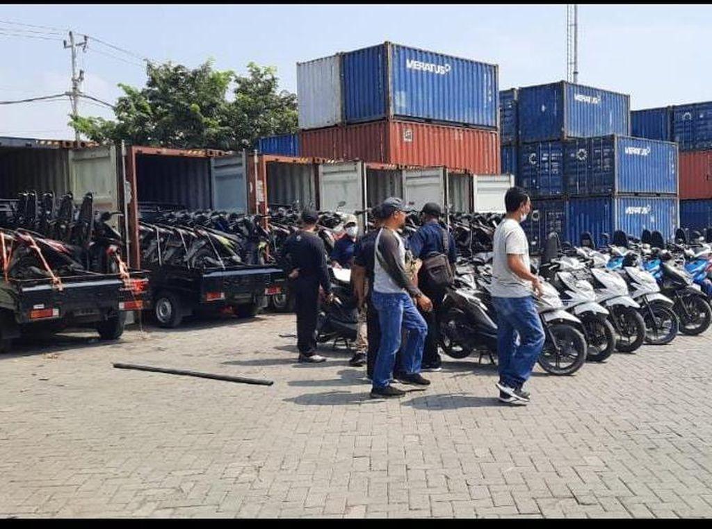 Polisi Gerebek Gudang Penyimpanan Puluhan Mobil-Motor Bodong di Pati
