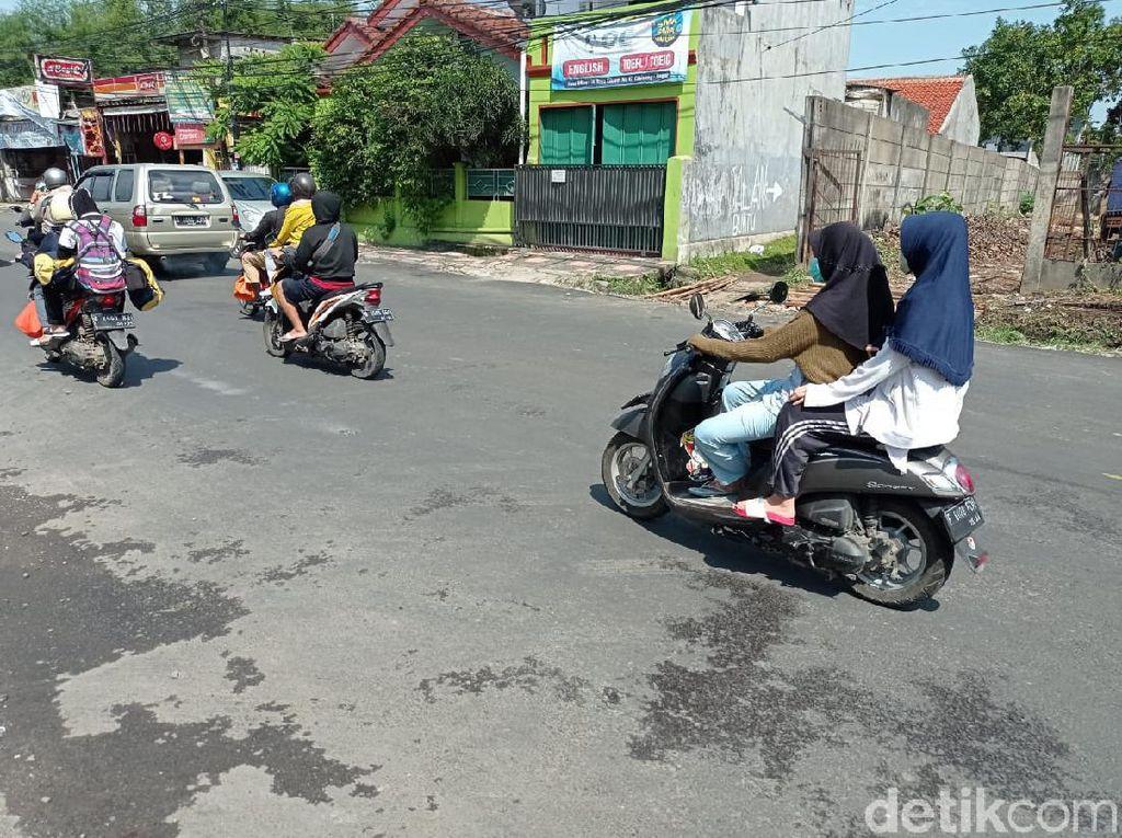 Tak Ada Lagi Lubang di Jl Cikaret, Motor hingga Mobil Lancar Melaju