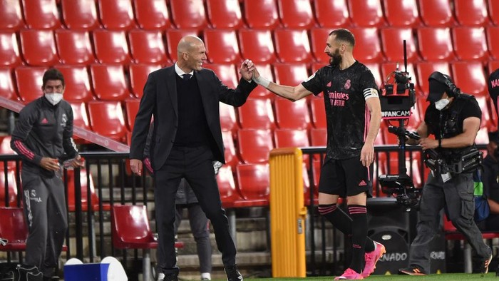 GRANADA, SPAIN - MAY 13: Karim Benzema of Real Madrid with Zinedine Zidane after being substituted during the La Liga Santander match between Granada CF and Real Madrid at Estadio Nuevo Los Carmenes on May 13, 2021 in Granada, Spain. Sporting stadiums around Spain remain under strict restrictions due to the Coronavirus Pandemic as Government social distancing laws prohibit fans inside venues resulting in games being played behind closed doors. (Photo by Denis Doyle/Getty Images)
