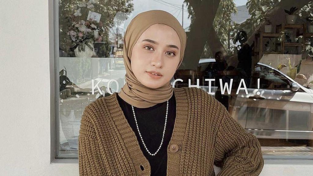 8 Ide Padu Padan Cardigan Rajut ala Selebgram Hijab