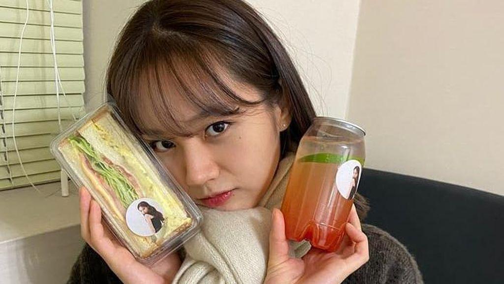 Imutnya Lee Hyeri My Roomate is A Gumiho Makan Sandwich dan Minum Jus