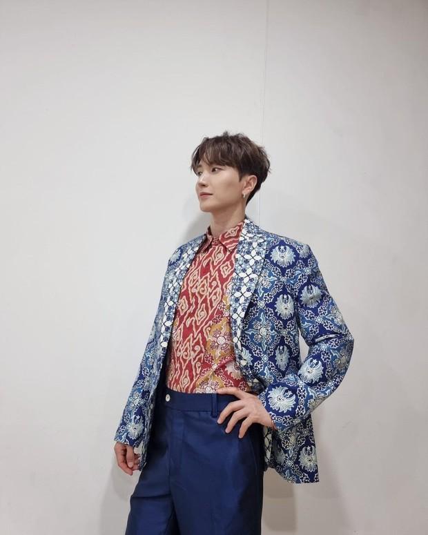 Leeteuk Menggunakan Pakaian Batik/instagram.com/xxteukxx