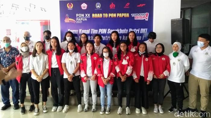 Tim sepakbola putri DKI Jakarta membidik emas di PON 2021 sembari promosi Papua aman.