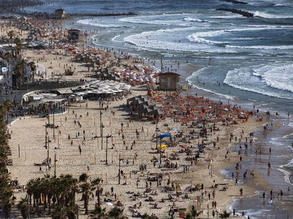 Warga Israel Serbu Pantai Lagi Usai Gencatan Senjata