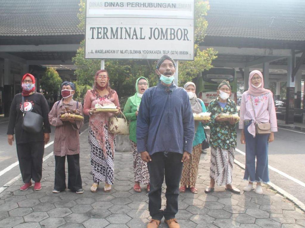 Warga Yogyakarta Kirim Bingkisan Makanan ke Ganjar Pranowo