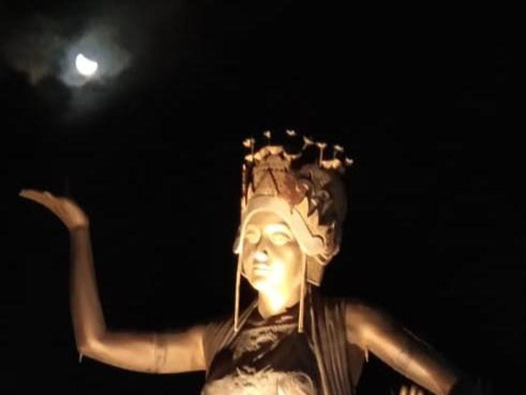 Sempat Tertutup Mendung, Akhirnya Warga Banyuwangi Bisa Melihat Gerhana Bulan
