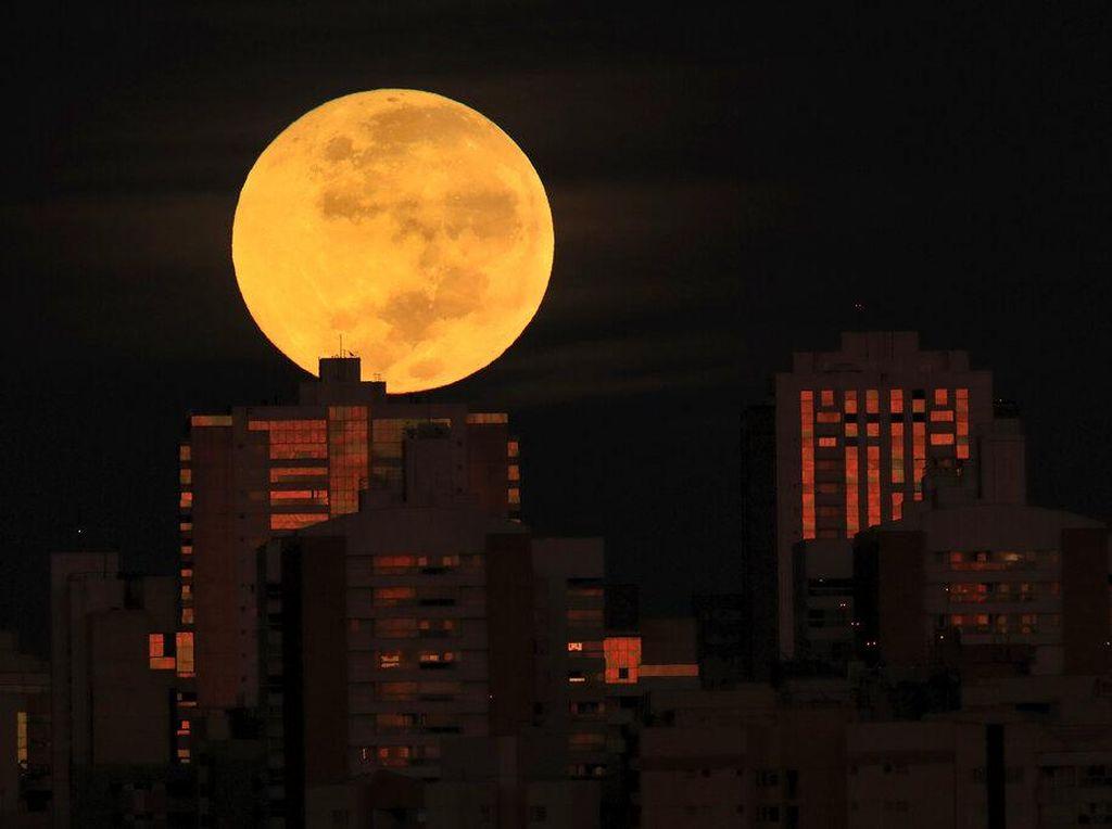 Cantiknya Penampakan Puncak Gerhana Bulan Total