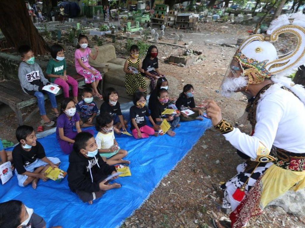 Hanoman Ajak Anak-anak di Kawasan Makam Rangkah Patuh Prokes