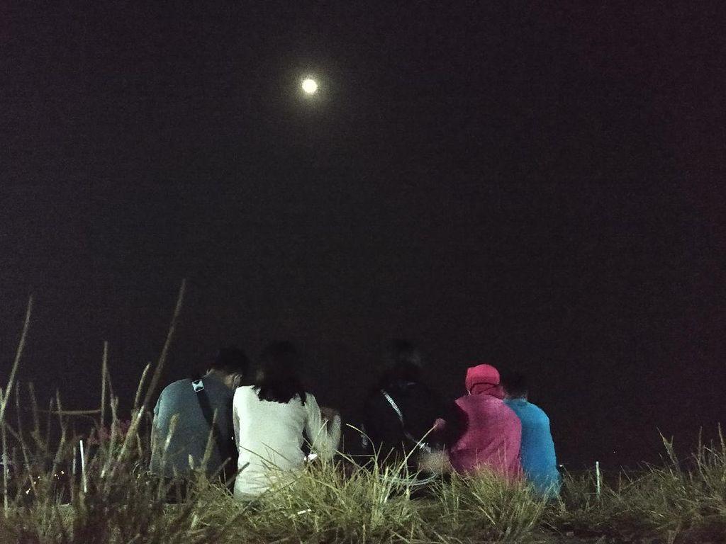 Keseruan Warga Lihat Keelokan Gerhana Bulan di Sentono Gentong Pacitan