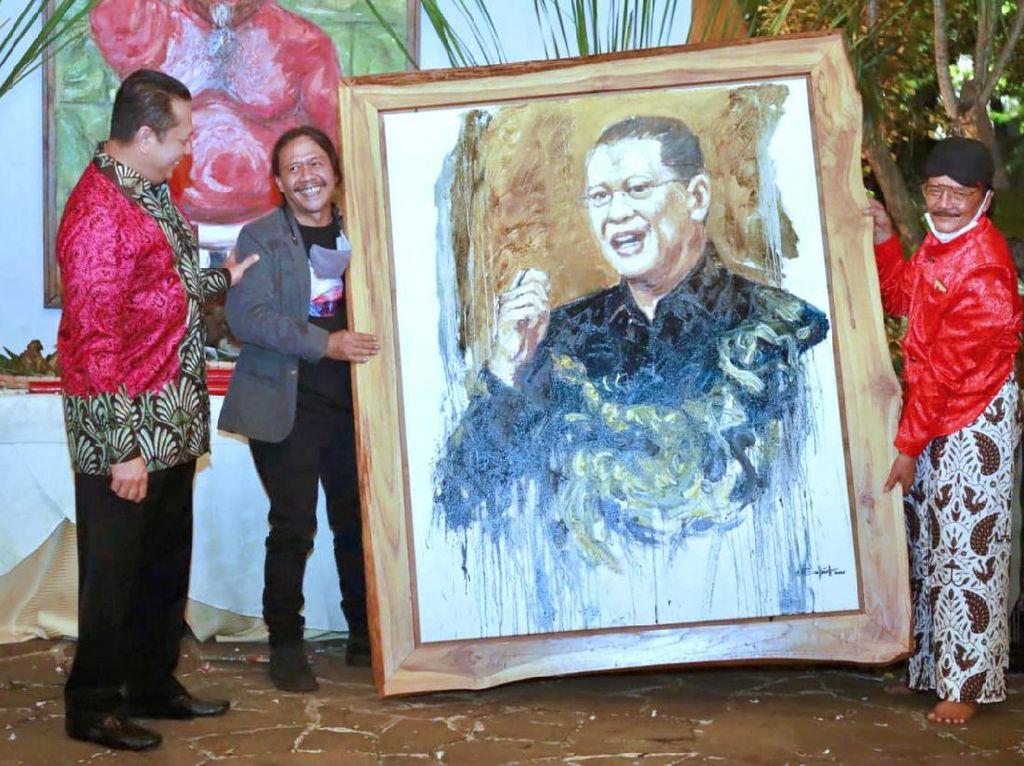 Bamsoet Buka Pameran Lukisan Semar Ngruwat Jagad Karya Sohieb Toyaroja