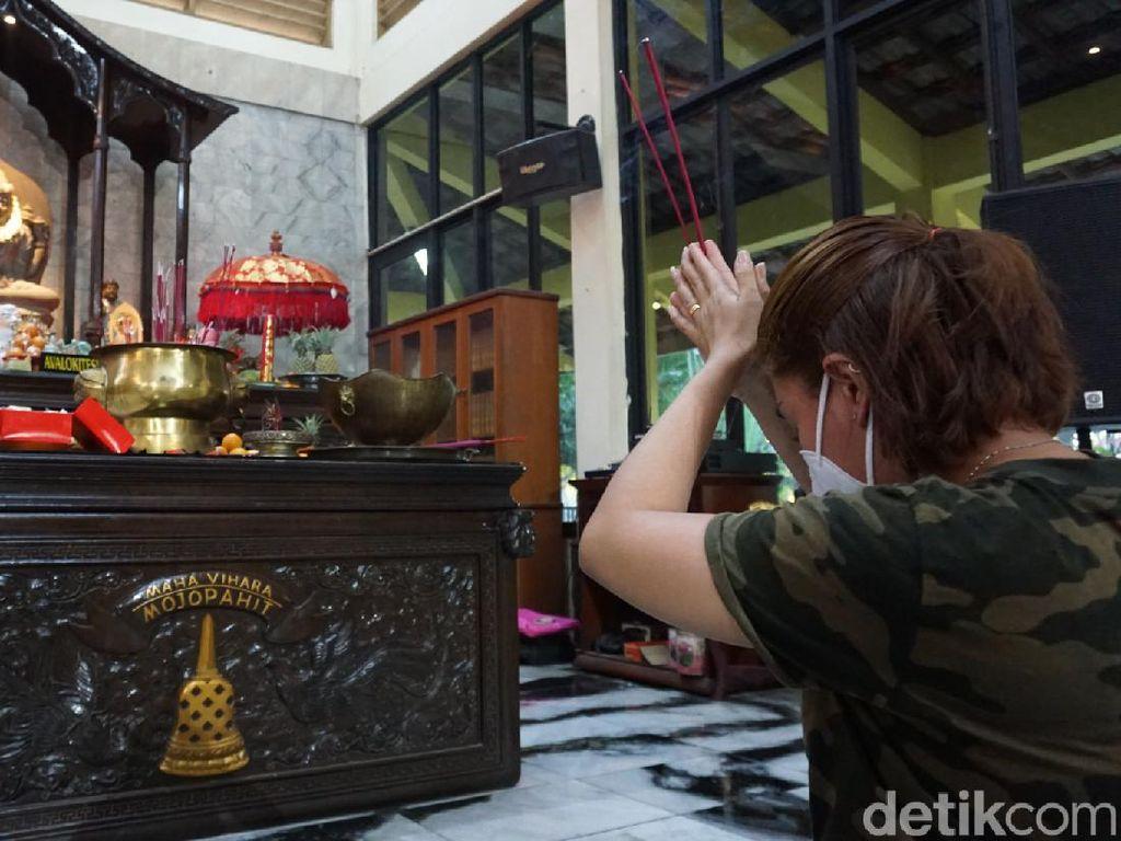 Khidmat Perayaan Waisak di Maha Vihara Mojopahit