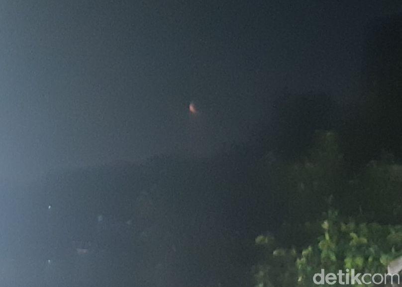 Kira-kira beginilah penampakan gerhana bulan total yang terjadi 195 tahun sekali itu bila dilihat dengan mata telanjang. Gambar ini diambil menggunakan ponsel Android biasa saja, dari Pasar Minggu, Jakarta Selatan, 26 Mei 2021. (Danu Damarjati/detikcom)