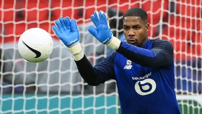 Lilles French goalkeeper Mike Maignan warms up prior to the  French Cup round of 16 football match between Paris Saint-Germain (PSG) and Lille (LOSC) at the Parc des Princes stadium in Paris, on March 17, 2021. (Photo by FRANCK FIFE / AFP)