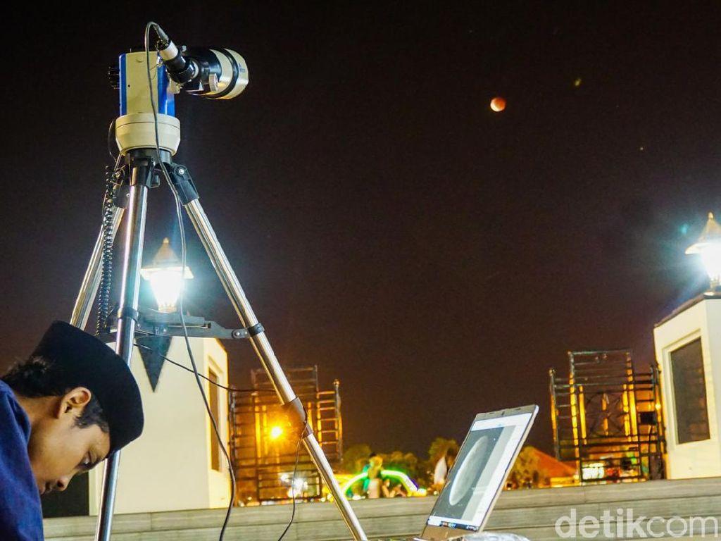 Melihat Super Blood Moon dari Kompleks Masjid Agung Demak