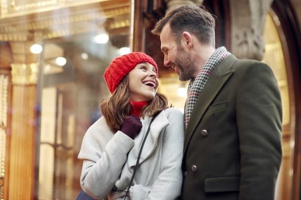 Berikan senyum terbaik kepada pasangan.