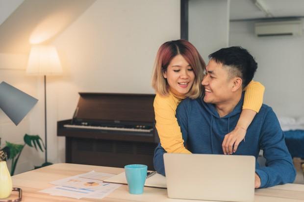 Saling mendukung minat positif dari pasangan.