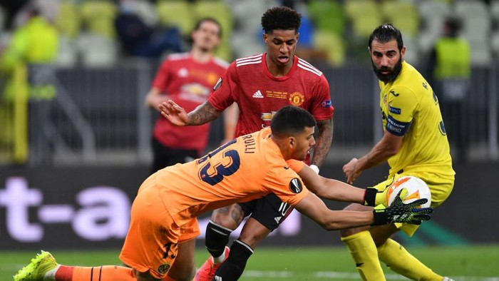 GDANSK, POLAND - MAY 26: Gero Rulli of Villarreal CF battles for possession with Marcus Rashford of Manchester United  during the UEFA Europa League Final between Villarreal CF and Manchester United at Gdansk Arena on May 26, 2021 in Gdansk, Poland. (Photo by Adam Warzawa - Pool/Getty Images)
