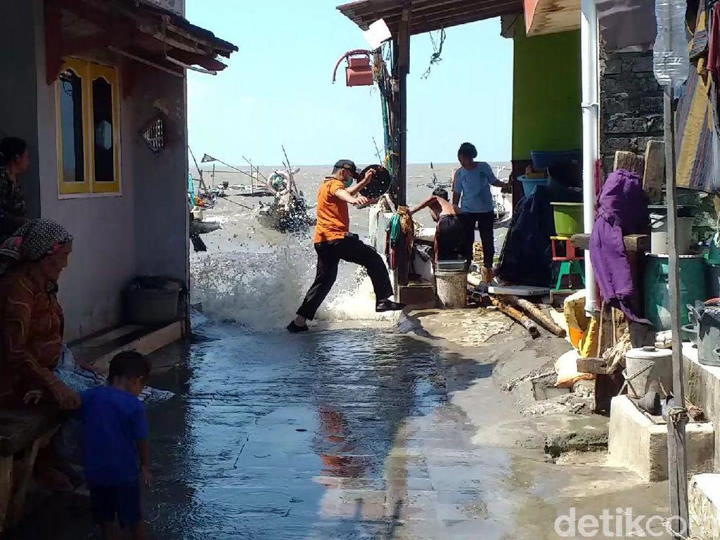 Banjir Rob Efek Gerhana Bulan Rendam Kampung Nelayan di Surabaya