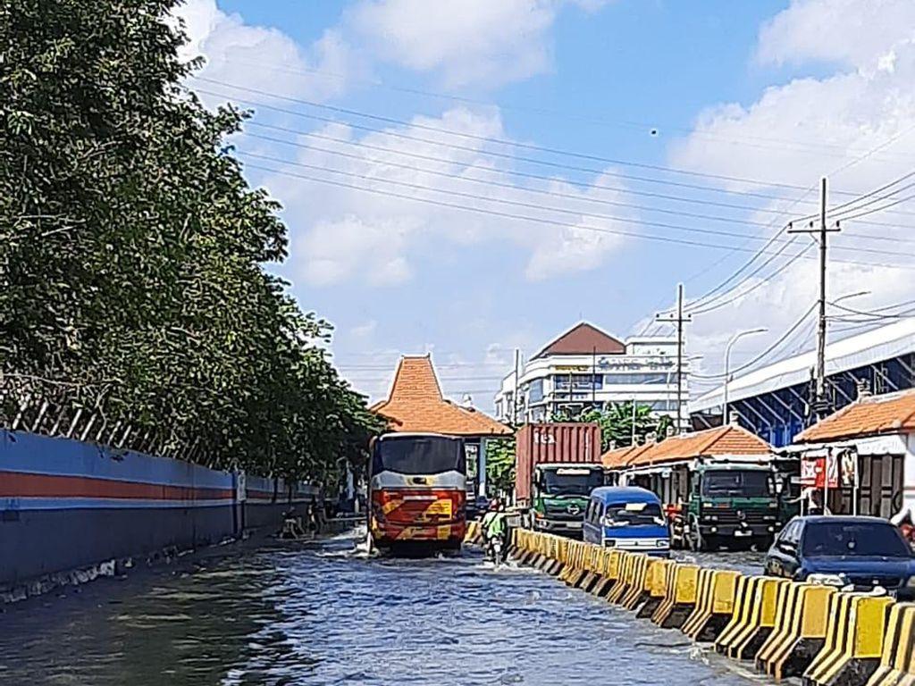 Air Pasang Laut Naik Dampak Gerhana, Banjir Rob Rendam Jalan Kalimas Surabaya
