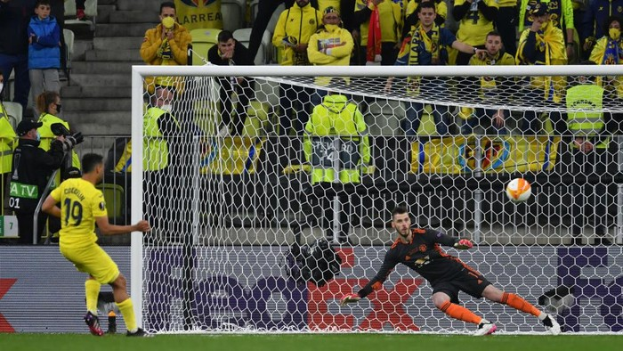 GDANSK, POLAND - MAY 26: Francis Coquelin of Villarreal scores their teams eighth penalty in the penalty shoot out past David de Gea of Manchester United during the UEFA Europa League Final between Villarreal CF and Manchester United at Gdansk Arena on May 26, 2021 in Gdansk, Poland. (Photo by Adam Warzawa - Pool/Getty Images)