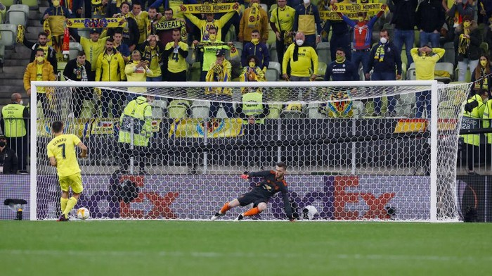 GDANSK, POLAND - MAY 26: Gerard Moreno of Villarreal CF scores their team's first penalty in the penalty shoot out past David de Gea of Manchester United during the UEFA Europa League Final between Villarreal CF and Manchester United at Gdansk Arena on May 26, 2021 in Gdansk, Poland. (Photo by Kacper Pempel - Pool/Getty Images)
