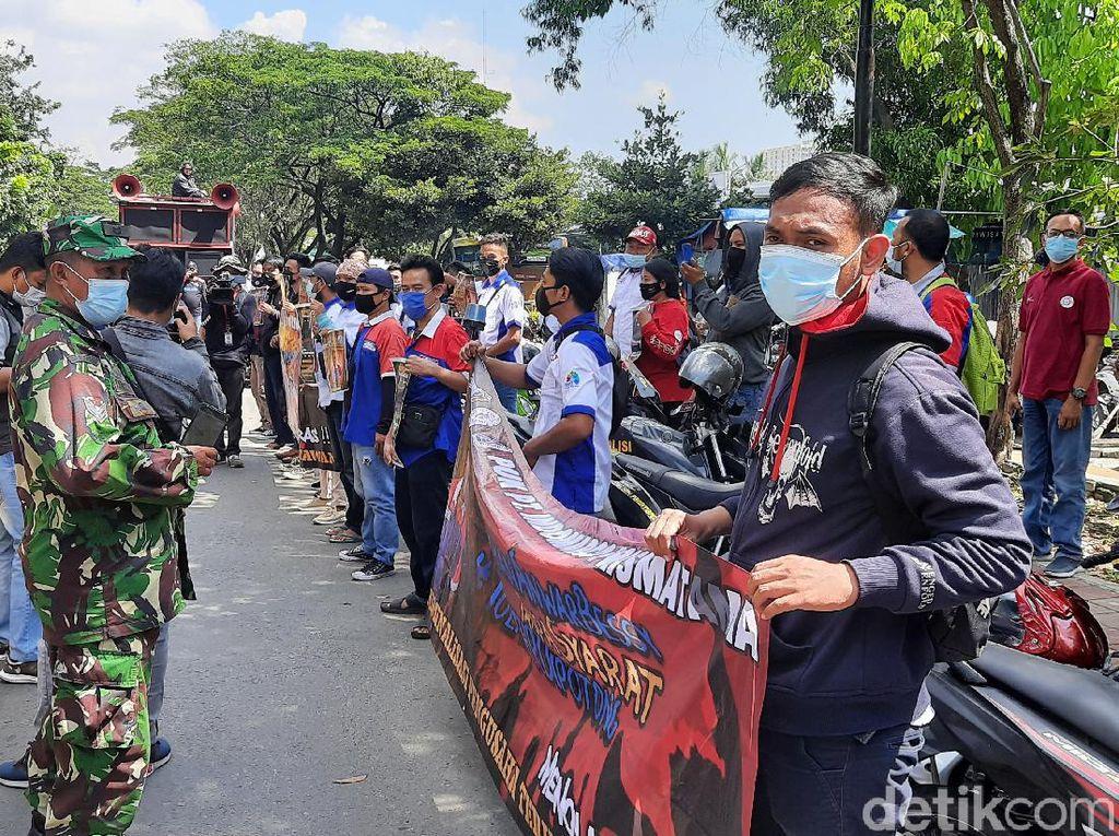Buruh Demo di Depan Kantor Indomaret Jakut, Warga Minta Dibubarkan