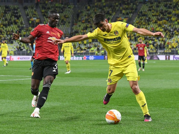 GDANSK, POLAND - MAY 26: Gerard Moreno of Villarreal CF battles for possession with Eric Bailly of Manchester United  during the UEFA Europa League Final between Villarreal CF and Manchester United at Gdansk Arena on May 26, 2021 in Gdansk, Poland. (Photo by Adam Warzawa - Pool/Getty Images)
