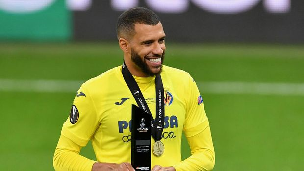 GDANSK, POLAND - MAY 26: Etienne Capoue of Villarreal CF celebrates with the man of the match award following the UEFA Europa League Final between Villarreal CF and Manchester United at Gdansk Arena on May 26, 2021 in Gdansk, Poland. (Photo by Adam Warzawa - Pool/Getty Images)