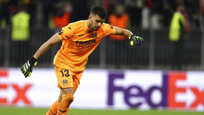 Villareals goalkeeper Geronimo Rulli shoots to score during the penalty shoot out of the Europa League final soccer match between Manchester United and Villarreal in Gdansk, Poland, Wednesday May 26, 2021. (Maja Hitij, Pool via AP)