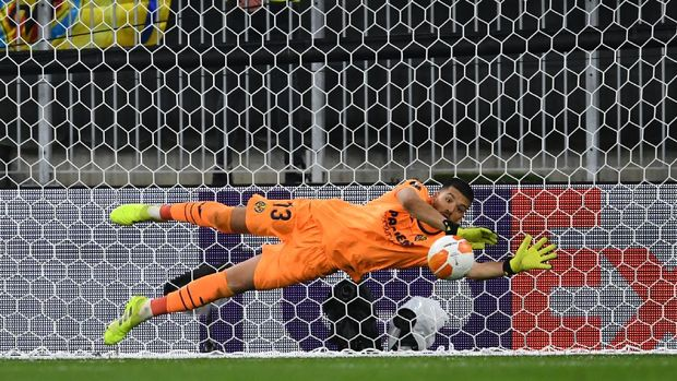 GDANSK, POLAND - MAY 26: Geronimo Rulli of Villarreal saves the eleventh penalty from David De Gea of Manchester United in the penalty shoot out during the UEFA Europa League Final between Villarreal CF and Manchester United at Gdansk Arena on May 26, 2021 in Gdansk, Poland. (Photo by Adam Warzawa - Pool/Getty Images)
