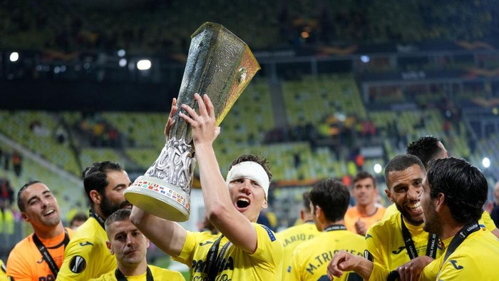 GDANSK, POLAND - MAY 26: Juan Foyth of Villarreal CF celebrates with the UEFA Europa League Trophy following the UEFA Europa League Final between Villarreal CF and Manchester United at Gdansk Arena on May 26, 2021 in Gdansk, Poland. (Photo by Michael Sohn - Pool/Getty Images)