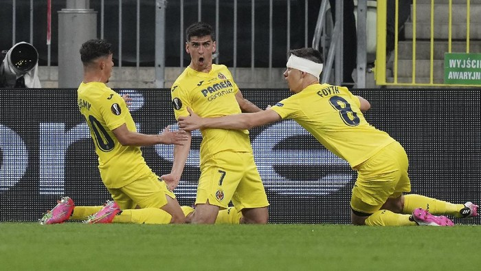 Villareals Gerard Moreno, center, celebrates with his teammates after scoring his sides opening goal during the Europa League final soccer match between Manchester United and Villarreal in Gdansk, Poland, Wednesday, May 26, 2021. (AP Photo/Michael Sohn, Pool)