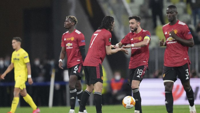 Manchester Uniteds Edinson Cavani, third from left, celebrates with his teammates after scoring his sides opening goal during the Europa League final soccer match between Manchester United and Villarreal in Gdansk, Poland, Wednesday, May 26, 2021. (AP Photo/Michael Sohn, Pool)