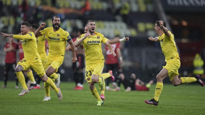 Villareals players celebrate after winning the Europa League final soccer match between Manchester United and Villarreal in Gdansk, Poland, Wednesday, May 26, 2021. (AP Photo/Michael Sohn, Pool)