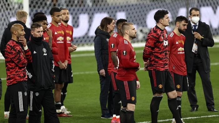 Manchester United players after the Europa League final soccer match between Manchester United and Villarreal in Gdansk, Poland, Wednesday May 26, 2021. (Maja Hitij, Pool via AP)
