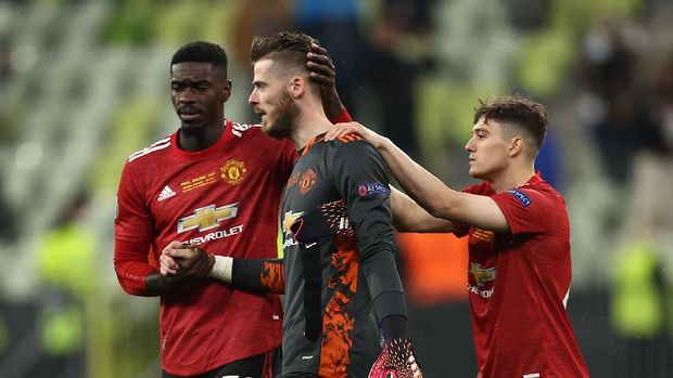 GDANSK, POLAND - MAY 26: David De Gea of Manchester United is consoled by teammates Axel Tuanzebe and Daniel James following their team's defeat in the penalty shoot out during the UEFA Europa League Final between Villarreal CF and Manchester United at Gdansk Arena on May 26, 2021 in Gdansk, Poland. (Photo by Maja Hitij/Getty Images)