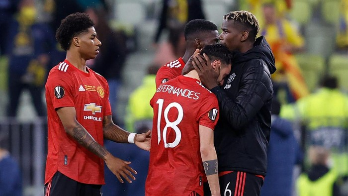 GDANSK, POLAND - MAY 26: Bruno Fernandes of Manchester United is consoled by Paul Pogba following the UEFA Europa League Final between Villarreal CF and Manchester United at Gdansk Arena on May 26, 2021 in Gdansk, Poland. (Photo by Kacper Pempel - Pool/Getty Images)