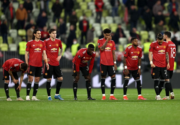 GDANSK, POLAND - MAY 26: Players of Manchester United look on during the penalty shoot out during the UEFA Europa League Final between Villarreal CF and Manchester United at Gdansk Arena on May 26, 2021 in Gdansk, Poland. (Photo by Maja Hitij/Getty Images)