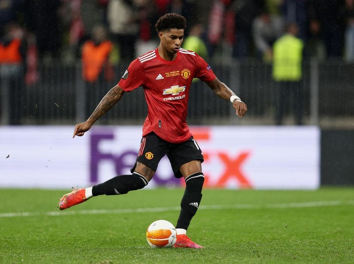 GDANSK, POLAND - MAY 26: Marcus Rashford of Manchester United scores their teams fourth penalty in the penalty shoot out during the UEFA Europa League Final between Villarreal CF and Manchester United at Gdansk Arena on May 26, 2021 in Gdansk, Poland. (Photo by Maja Hitij/Getty Images)