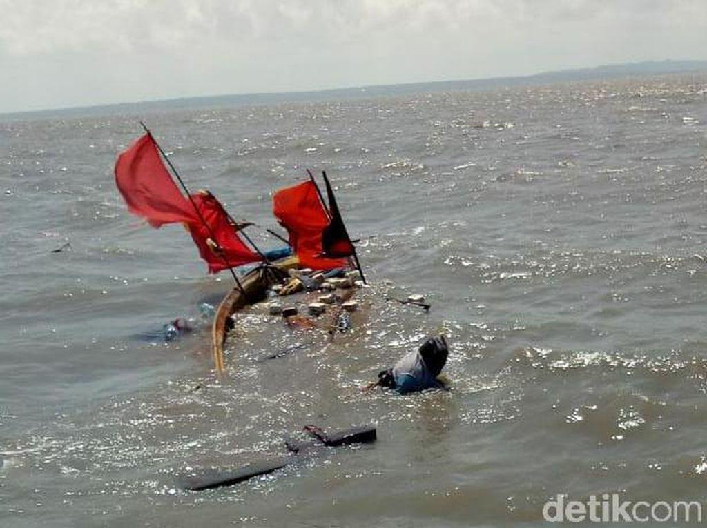 Gelombang Tinggi Efek Gerhana Bulan Tenggelamkan 2 Perahu Nelayan di Surabaya