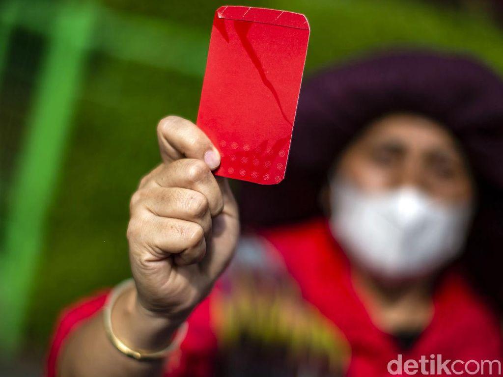 Prittt! Emak-emak Ini Acungkan Kartu Merah untuk KLHK
