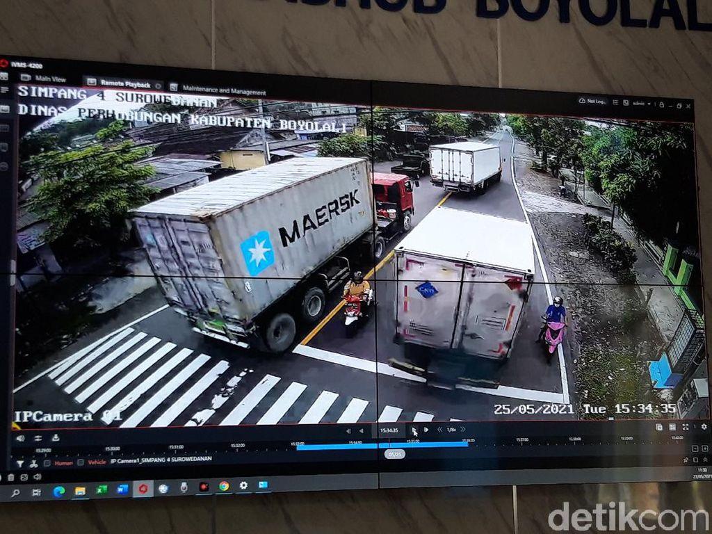 Terekam CCTV Pemotor Emak-emak Nyaris Terhimpit Truk