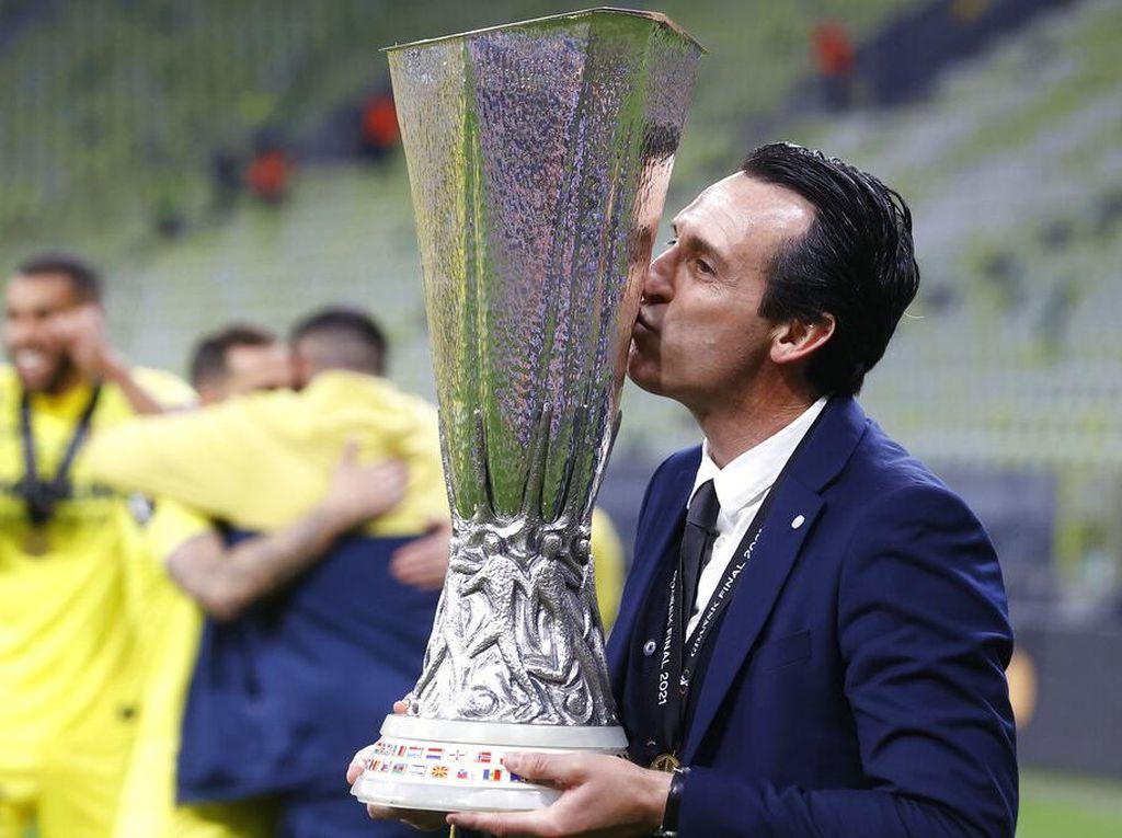 Foto: Cup! Unai Emery Kembali Cium Mesra Trofi Liga Europa