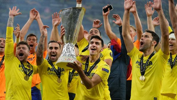 GDANSK, POLAND - MAY 26: Gerard Moreno of Villarreal CF celebrates with the UEFA Europa League Trophy following the UEFA Europa League Final between Villarreal CF and Manchester United at Gdansk Arena on May 26, 2021 in Gdansk, Poland. (Photo by Michael Sohn - Pool/Getty Images)