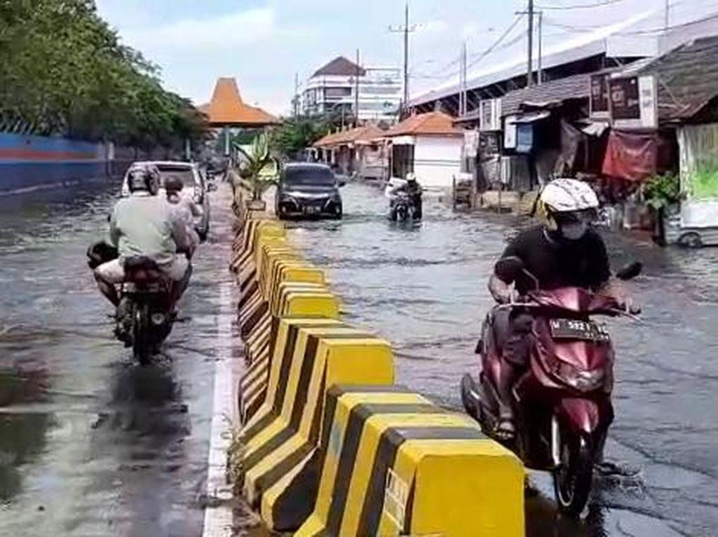 Banjir Rob Kembali Rendam Jalan Kalimas Surabaya, Sejumlah Motor Mogok